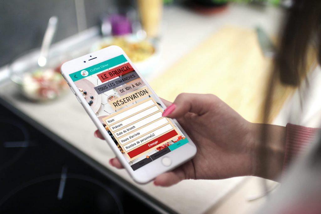 femme tenant un téléphone qui représente digital marketing une solution de communication digitale développé par I-Media à Rouen