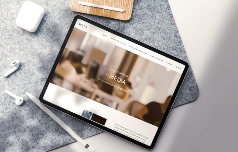 une tablette représentant le site web I-Media pour mettre en avant la création de site web à Rouen